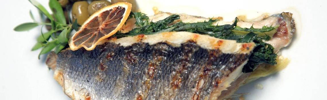 Φιλέτο τσιπούρας Αγίου Όρους στη σχάρα με καπνιστή μελιτζάνα και ελιές Χαλκιδικής